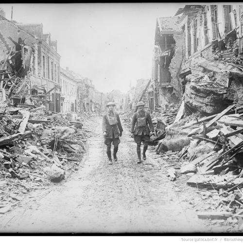 Un village des Flandres reconquis par les Tommies, 1917