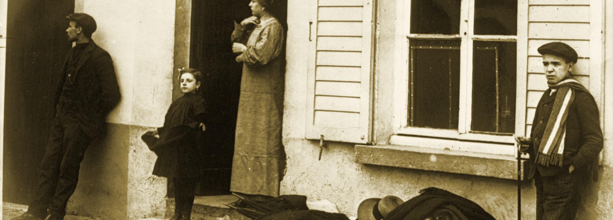 Réfugiés près d'Alost, ce qu'ils ne peuvent emporter est sur le trottoir, 1914