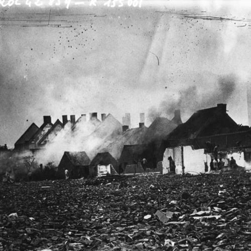 Maisons en flammes dans un faubourg d'Anvers, 1914