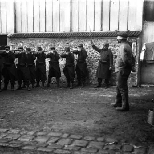 A Villers-Cotterêts, exécution d'un espion [debout, les yeux bandés devant le peloton], 1914