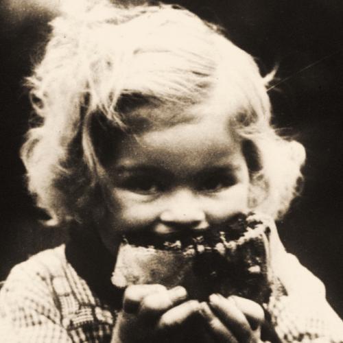 Sans famille, petite réfugiée belge à Furnes [mangeant], 1914